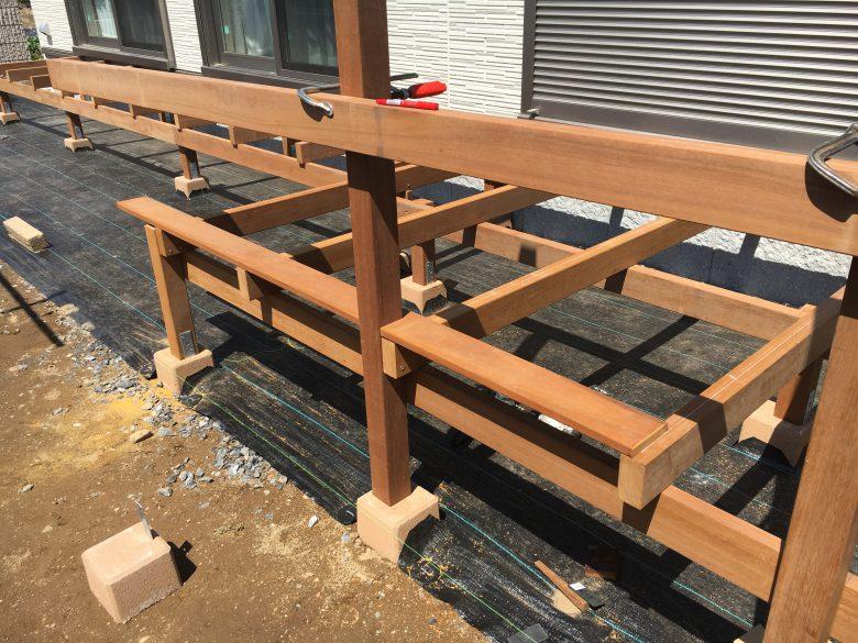 ウッドデッキの束をフェンス用に通し柱として利用します。